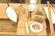 As lâminas podem ser coladas com cola branca (PVA), de contato ou à base de ureia-formol.