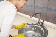 O Artigo 7º da CF/88 garante à empregada doméstica o seguro contra acidentes de trabalho, a cargo do empregador.