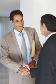 Um dos sócios da imobiliária deverá ser Corretor de Imóveis, com habilitação e qualificação para o exercício profissional, possuindo credenciamento junto ao Sistema COFECI-CRECI.