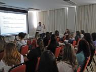 Os treinamentos, cursos de capacitação e palestras visam o aprimoramento pessoal dos colaboradores para melhor atendimento ao cliente