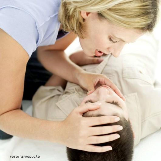 Verifique a respiração, colocando-se com o rosto próximo do nariz/boca da vítima, olhando seu tórax expandir (ver, ouvir e sentir)
