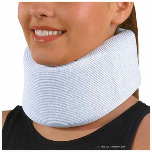 Se a pessoa precisar ser removida para evitar outro ferimento, mantenha a cabeça, o pescoço e as costas imóveis