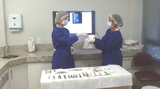 Auxiliar de Consultório Dentário - como usar os Equipamentos de Proteção  Individual   Cursos a Distância CPT f1bbe3bd92