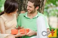 A partir do século XV, a data passou a ser associada a trocas de presentes entre namorados.