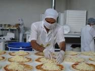Ao manusear os alimentos, os funcionários devem estar com luvas, toucas e máscaras.