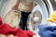 Com alguns pequenos cuidados, podemos fabricar nós mesmos o próprio detergente, desinfetante ou amaciante de roupas
